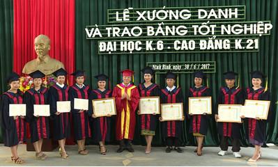 585 sinh viên được trao bằng tốt nghiệp trong đợt này