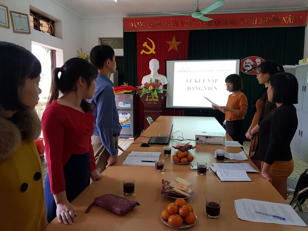 Lễ kết nạp đảng viên mới ở Trung tâm Ngoại ngữ - Tin học
