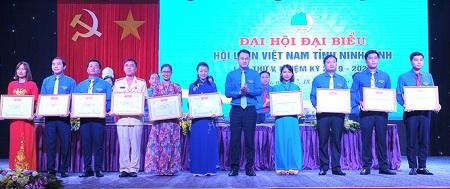 Phó Chủ tịch T.Ư Hội LHTN Việt Nam Nguyễn Kim Quy trao bằng khen của T.Ư Hội đến các tập thể cá nhân xuất sắc