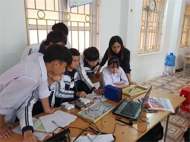 """Dạy thực nghiệm đề tài nghiên cứu khoa học cấp tỉnh: """"Nghiên cứu thiết kế, chế tạo và sử dụng thí nghiệm có kết nối với máy vi tính nhằm phát triển năng lực giải quyết vấn đề cho học sinh THPT trong học tập môn Vật lý`."""