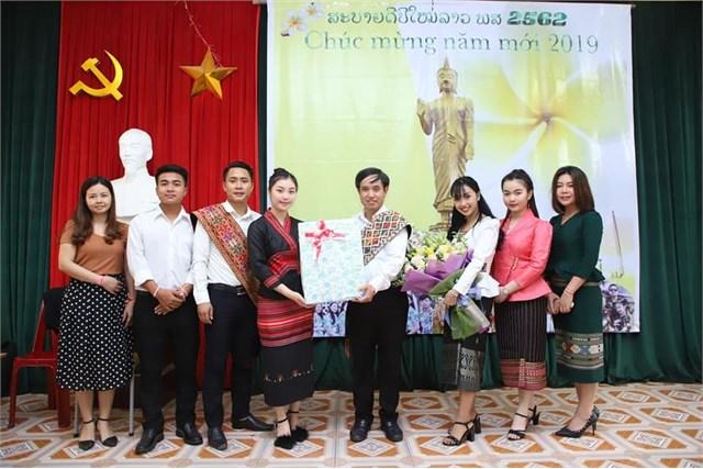 Sinh viên Lào trường Đại học Hoa Lư vui Tết cổ truyền Bunpimay năm 2019